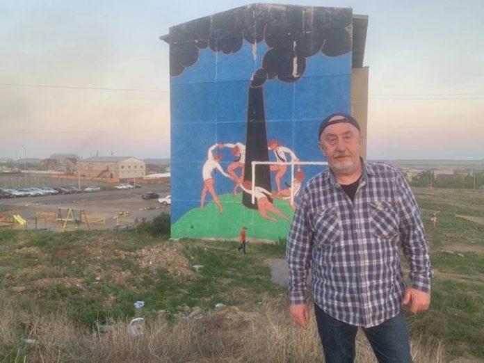Вадим Борейко на фоне граффити